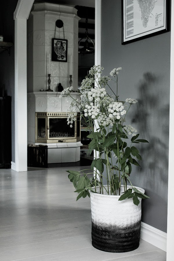 dip & dye i svart och vitt, korg, korgar, spraya korgen svartvit, svartvita, svarta, svart, vitt, vita, kakelugn, tavla, tavlor, artprint, artprints, posters, vedkorg, vedkorgar, hundkex, blomma, blommor, diy