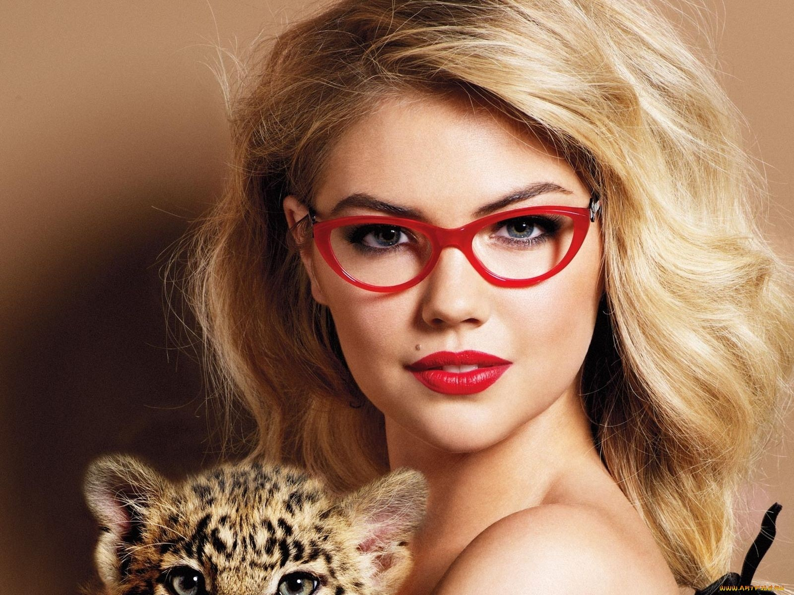 http://2.bp.blogspot.com/-jBeqCjim5Bc/T6VlX9bG-CI/AAAAAAAABmQ/aqc-PA929RY/s1600/Kate_Upton_Red_Frame_Glasses_and_Little_Tiger_HD_Wallpaper-Vvallpaper.Net.jpg