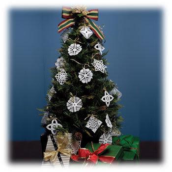 Arbol de navidad adornado con fondo azul