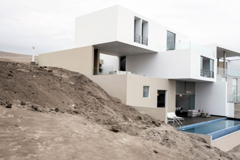 Hogares frescos casa vu con una pendiente pronunciada por - Casas en pendiente ...