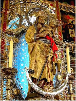 La Virgen de la Almudena con el Niño en Brazos. A sus Pies la luna en Cuarto Creciente.