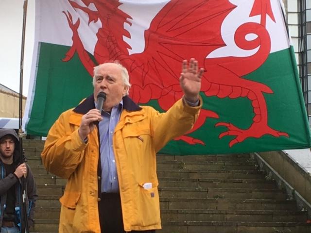 Gwynoro yn siarad yn rali Ie Cymru