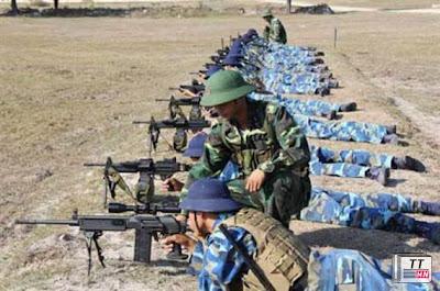Từ ngoài vào: Súng bắn tỉa Galazt, súng máy chi viện hỏa lực IMI Negev, Tar-21 tiêu chuẩn, C Tar-21 thu gọn. Ảnh Quân đội Nhân dân.