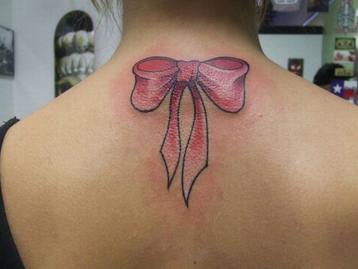 Art Tattoo feminina virilha Laço na costas