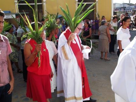 Católicos limoeirenses celebraram domingo de ramos com procissão