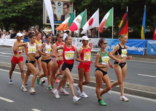 Mulheres em uma competição esportiva da marcha atlética