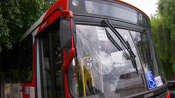 pedras jardim campinas: Transporte: Nota 0: Vândalos atacam ônibus com pedras em Campinas