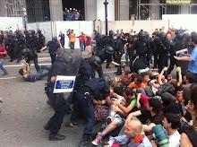 """Violencia Policial !! Matones contra """"Indignados"""" pacificos"""