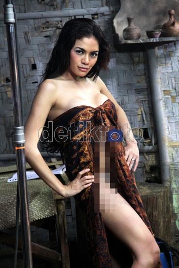 Foto Seksi Adegan Mandi Nikita Mirzani di Film 'Nenek Gayung'