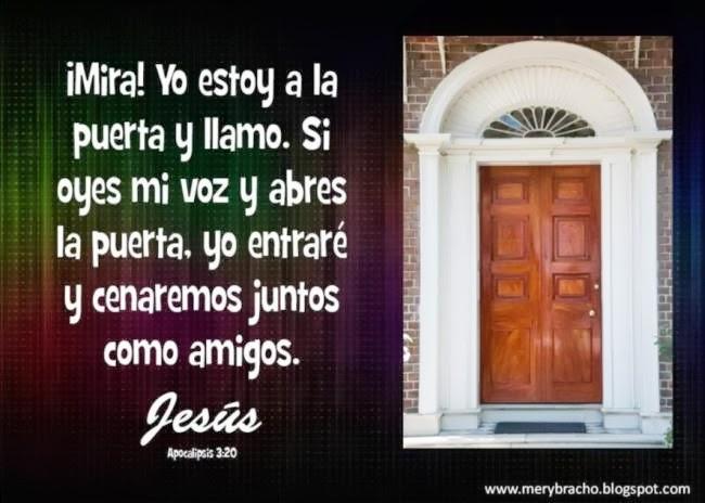 Postal Jesús está tocando a tu puerta. Yo estoy a la puerta y llamo. Abre la puerta de tu corazón a Jesús. Jesús te ama y quiere que le abras tu corazón. Apocalipsis 3:20. Postales cristianas con versículos bíblicos. Imágenes de Dios.  Postales de Dios.