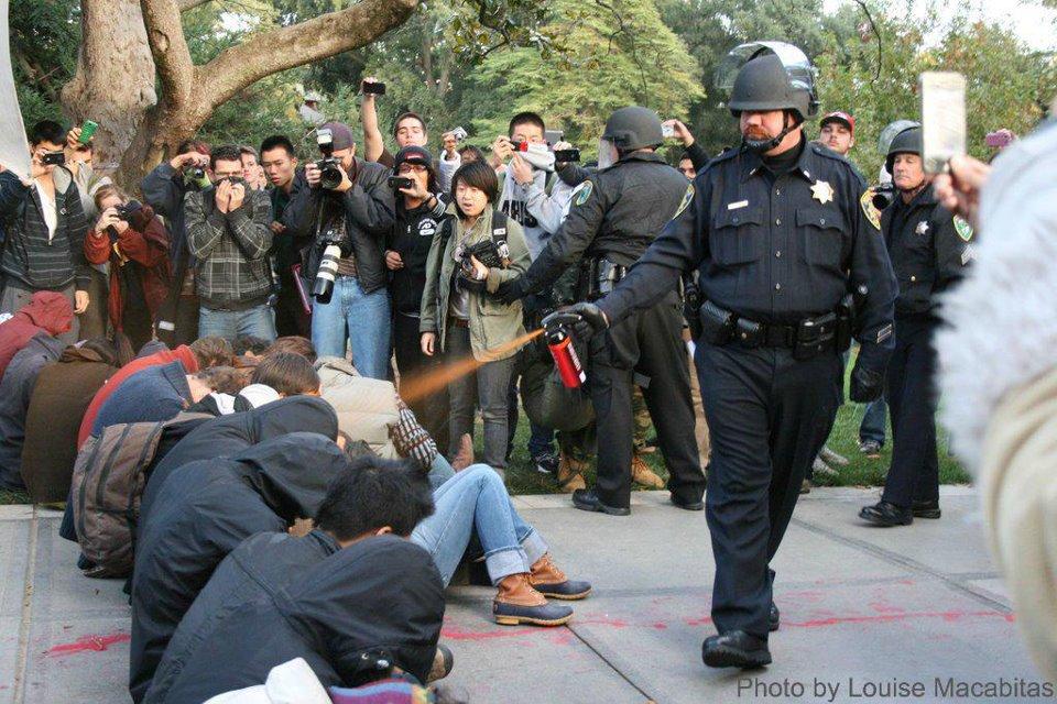 http://2.bp.blogspot.com/-jDvWDOlQXS0/TtI70EE5tPI/AAAAAAAAATY/fcQ_0D3qQ8M/s1600/occupy+wall+street+pepper+spray.jpg