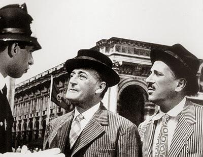 """Foto che ritrae Totò e Peppino alle prese con il vigile urbano in una storica scena del film """"Totò, Peppino e la malafemmina"""""""