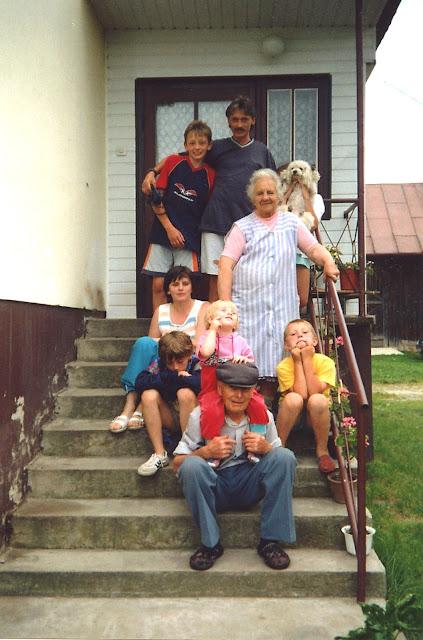 Józef Młodawski w otoczeniu rodziny, Bryzgów, lipiec 2001. Fot. udostępnił Józef Młodawski.