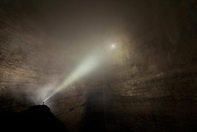 Пещера Эр Ван Донг  Исследователи случайно наткнулись на пещеру настолько громадную, что внутри неё существует собственная погодная система — тонкие облака и вечные туманы