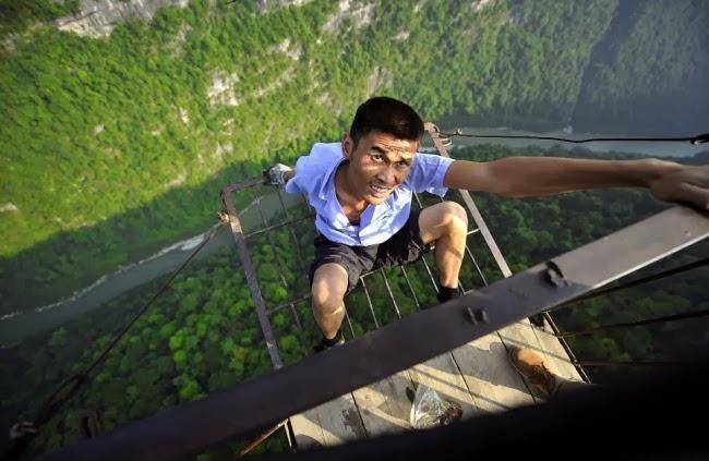 Чжан, смотритель канатной дороги, связывающей китайскую деревню Юшан (Yushan) с внешним миром. Она пролегает над живописной долиной на высоте 400 метров. Длина дороги 1000 метров. Раз в неделю Чжан смазывает тросы маслом по всей длине.