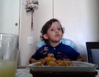 O pequeno Luiz Antonio dá uma lição de respeito aos animais