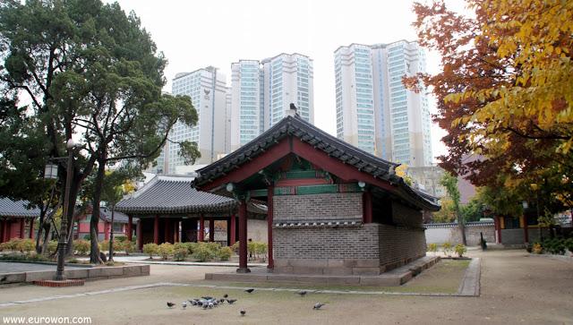 Contraste de lo tradicional y lo modernos en Seúl