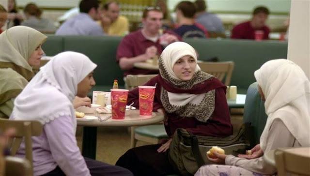 """Όλα για την """"ενσωμάτωση"""" των μουσουλμάνων στην Νέα Υόρκη, που κλείνει τα σχολεία της αύριο για μια από τις μεγάλες μουσουλμανικές εορτές, την """"Άιντ αλ Άντχα"""" ή """"Άιντ αλ Κεμπίρ"""", τη """"Γιορτή της Θυσίας"""". Σύντομα και στην Πατρίδα μας..."""