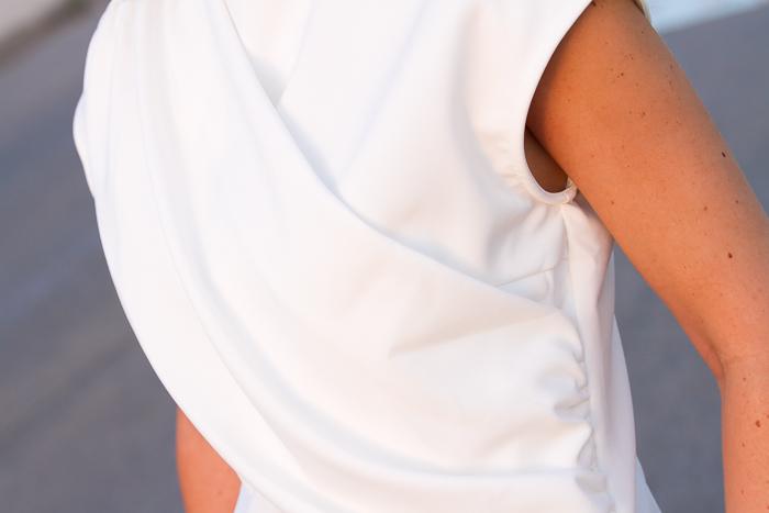 Detalle del frontal drapeado de la blusa asimétrica