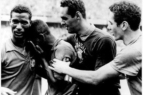Pelé é amparado por Didi e Gilmar depois da conquista de 1958