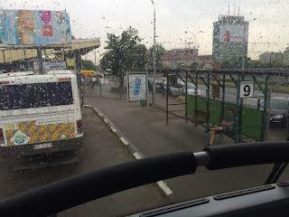 näkymä bussin yläkerran etupenkiltä linja-autoasemalle