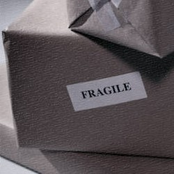 colis avec étiquette Fragile