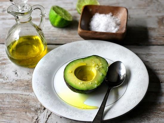 Đắp mặt nạ bơ và dầu oliu
