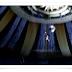 Dramático vídeo de un acróbata que cae a través de una red