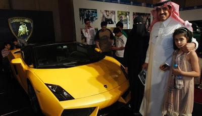 gambar mobil mewah sport di pameran otomotif arab saudi