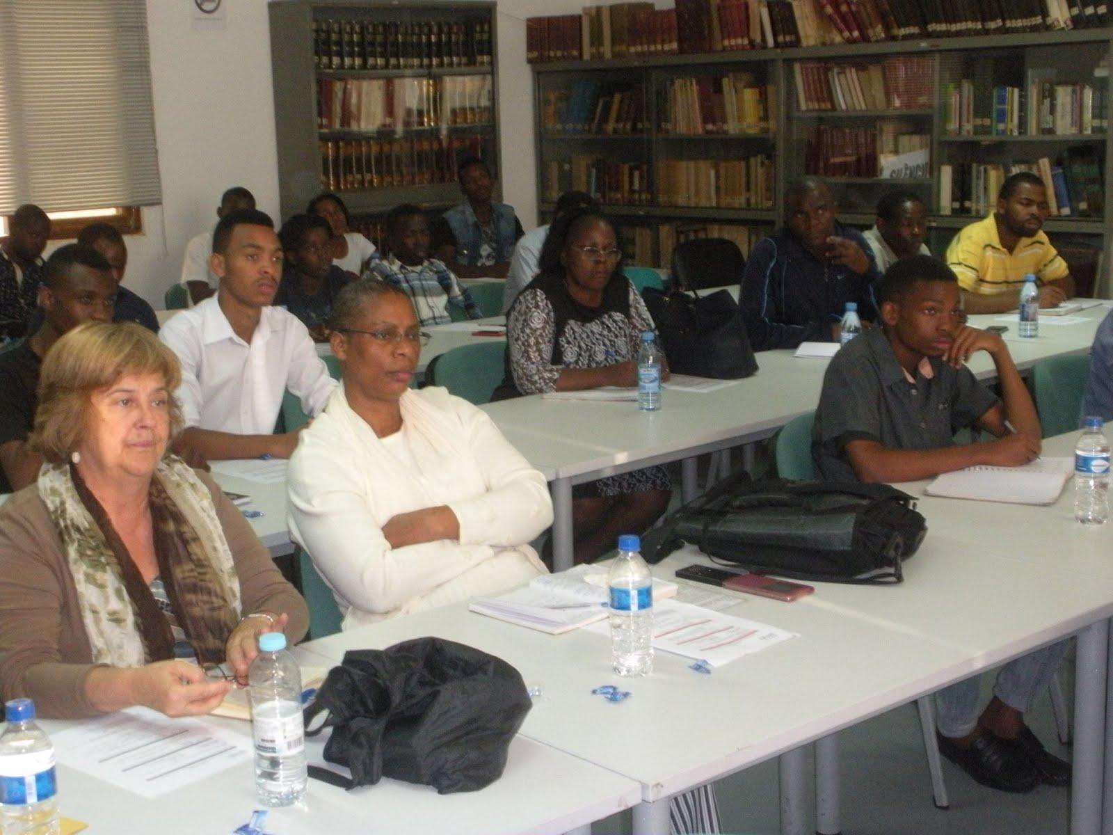Pesquisadores, profesores e estudantes em uma sessão da Oficina de História no Arquivo