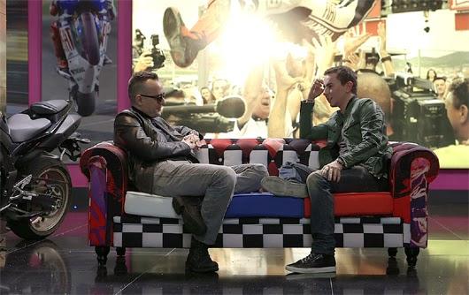 Risto junto a Lorenzo en el sofa chester.