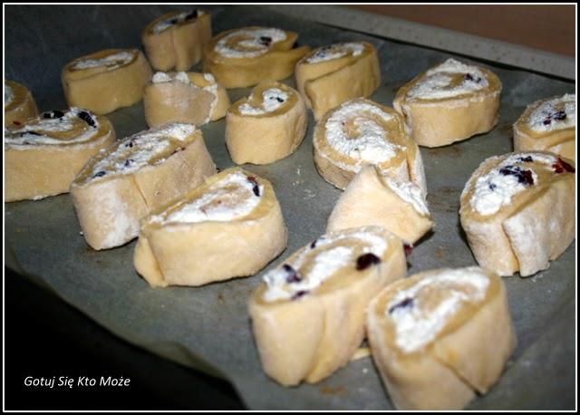 Sposób przygotowania drożdżówek z serem.
