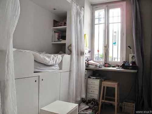 Reforma en un cuarto pequeño dio lugar a un dormitorio con guardarropa y escritorio