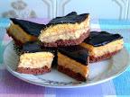 Almás krémes sütemény, vanília és csokoládé pudingporos tésztával, vanília pudingos almás krémmel, csokoládémázzal bevonva.