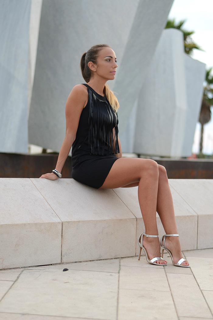 abito nero sandali argento