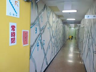 写真:ひび割れした壁の補修工事現場