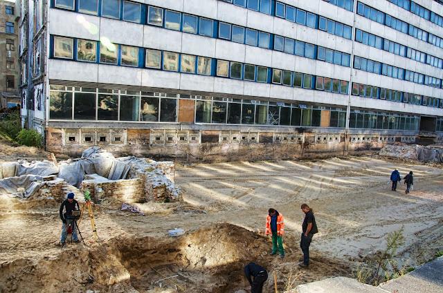 """Baustelle Ordnungsmassnahme, Teilrückbau eines Verwaltungsgebäudes (ehemaliges """"DDR-Bauministerium"""") und archäologische Grabungen, Breite Straße, 10178 Berlin, 01.10.2013"""