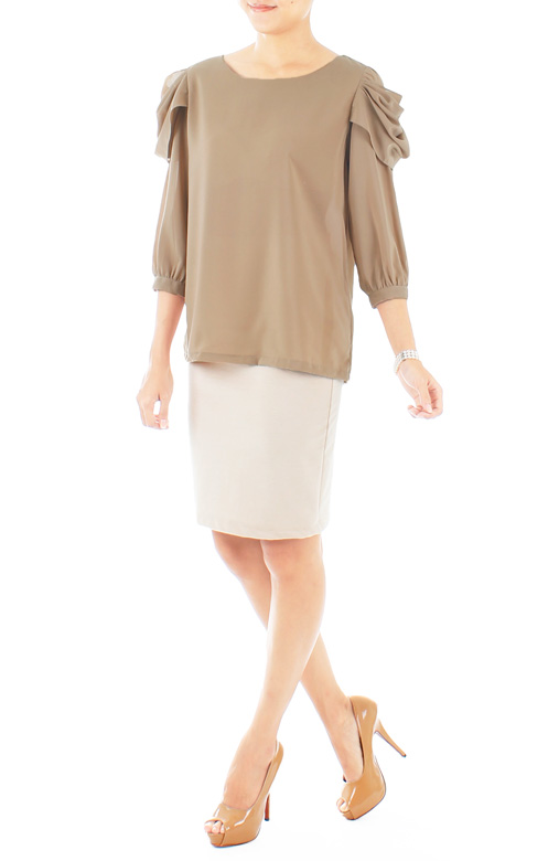 Scalloped Wing Blouse in ¾ Sleeves – Taupe Brown
