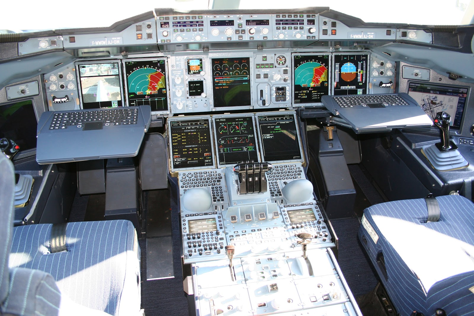 http://2.bp.blogspot.com/-jJogO2fQbf0/T3zYU6c2B0I/AAAAAAAAH1k/MbJMbj_HevE/s1600/a380_cockpit_look.jpg