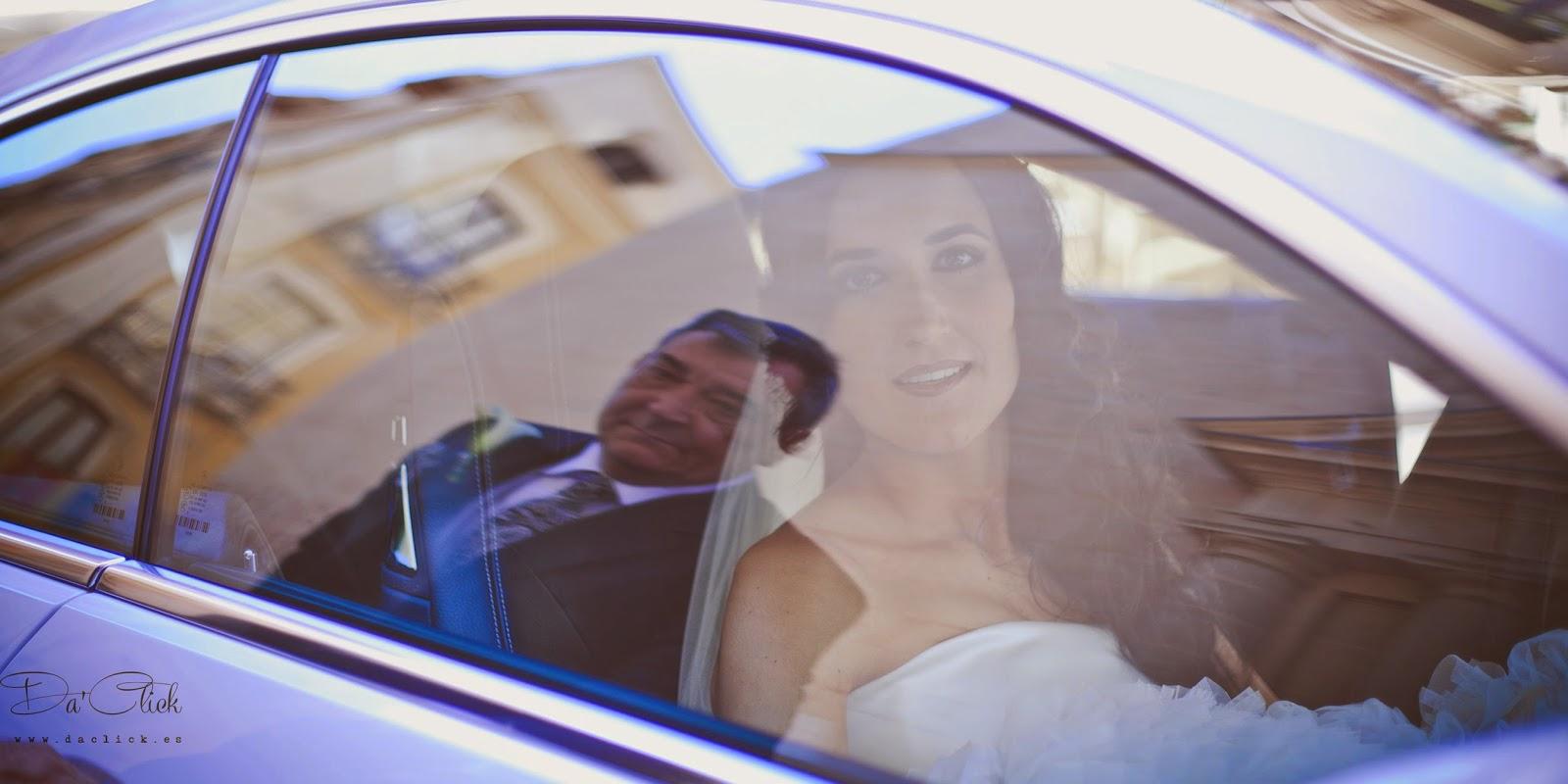 novia en el coche el padre se refleja en la ventanilla