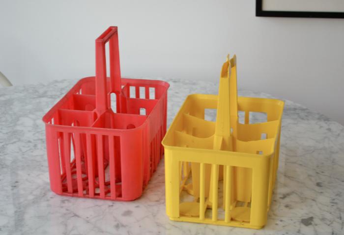 past present 2 porte bouteilles en plastique des ann es 70. Black Bedroom Furniture Sets. Home Design Ideas