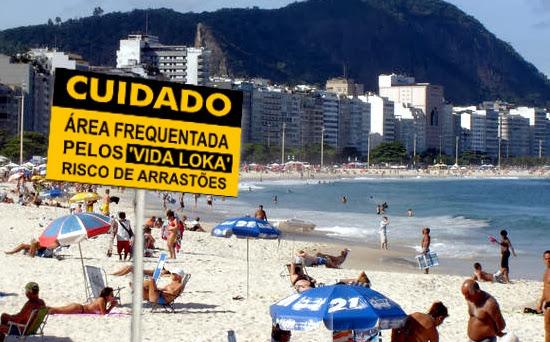 Governo do Rio alerta os turistas na praia com placas