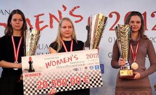 Le podium du championnat d'Europe féminin 2012 - 1ère la Russe Valentina Gunina, 2e la Russe Tatiana Kosintseva et 3e la Slovène Anna Muzychuk - Photo © site officiel