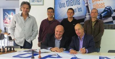 Les responsables de la ligue corse des échecs entourent leur Président, Léo Battesti, et Pierre-Noël Luiggi, PDG d'Oscaro - Photo © Corse net Info