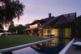 casa con fachada de vidrio