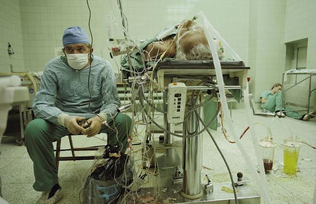عجائب الدنيا وهل تعلم - جراح القلب بعد 23 ساعة لعملية نقل قلب (ناجحة). ومساعده ينام في الزاوية.
