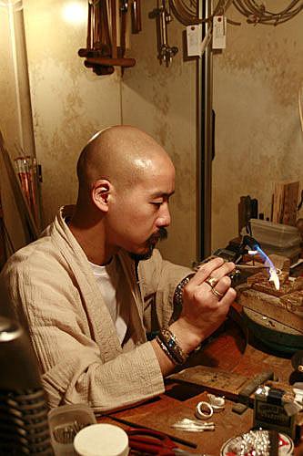 legend 的吉原直正在製作銀器, nao san from legend is making silver jewelry