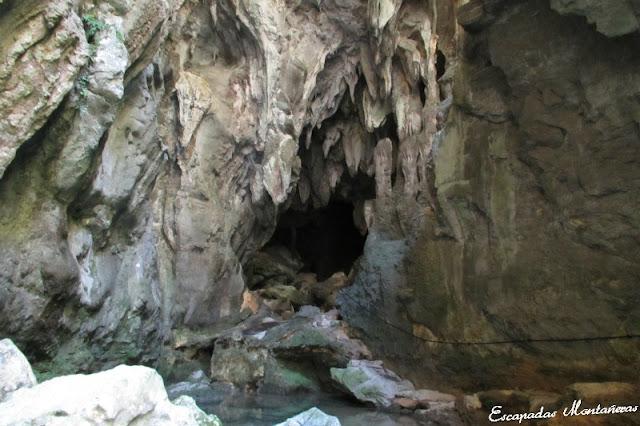 Entrada tenebrosa de la Gruta de los lagos en las Gorges de Kakouetta.