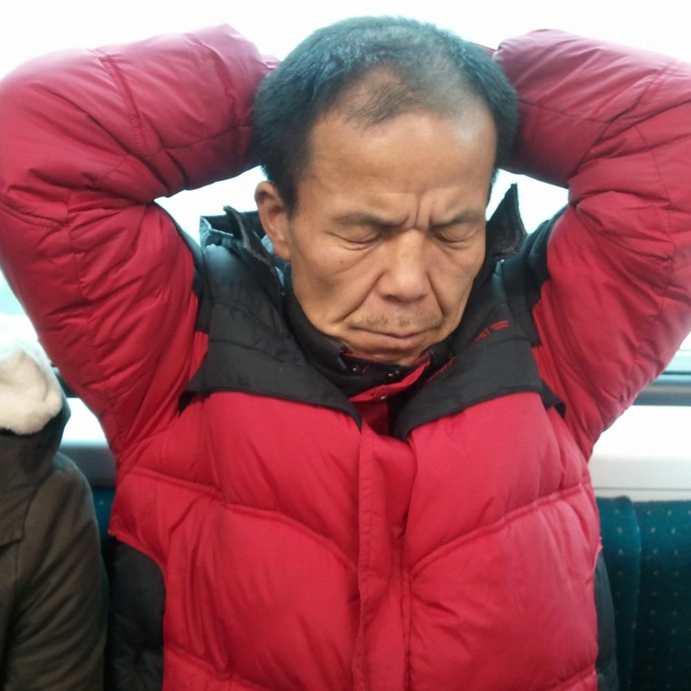 Hombre coreano durmiendo en el metro de Seúl