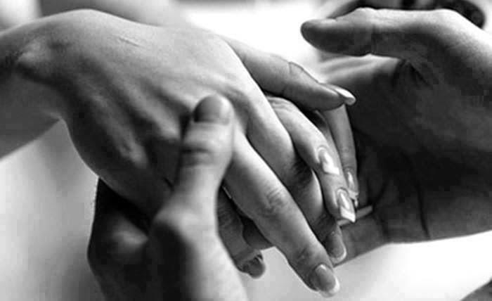Il est le plus beau moment, au début d'une histoire, quand les enchevêtrements des doigts dans ceux de l'autre personne et elle vous écrase
